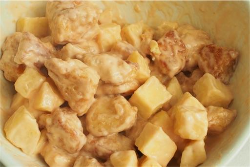 鶏胸肉とさつまいものマヨネーズ和えを盛り付ける