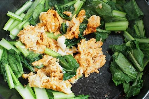 小松菜のオイスターソース炒めを仕上げる