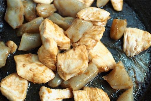 鶏むね肉とこんにゃくの炒め物を仕上げる