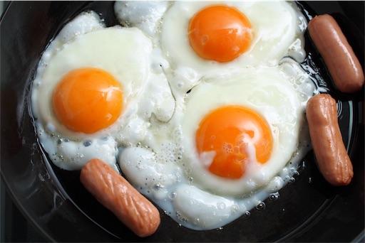 卵とウィンナーを焼く
