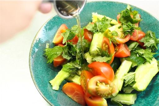 夏野菜サラダを仕上げる