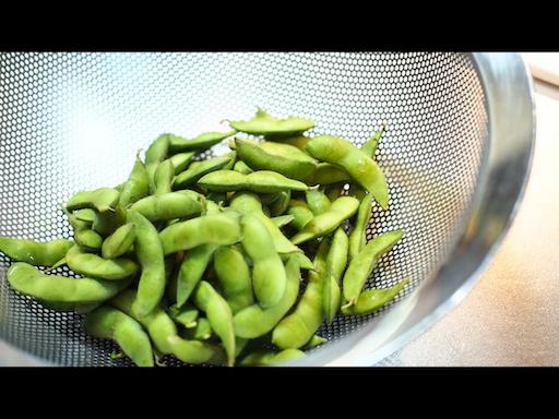 枝豆を洗う