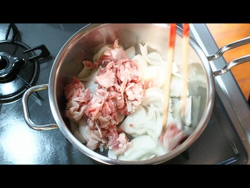 玉ねぎと牛肉を炒める