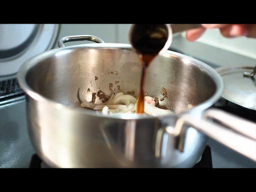 めんつゆを鍋へ入れる