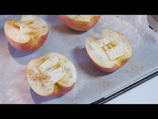 りんごへ砂糖、バター、シナモンをかける