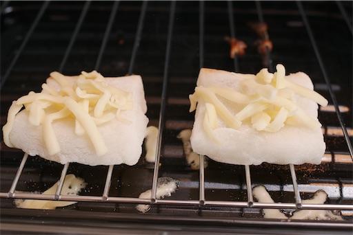 餅にチーズを乗せて焼く
