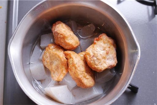 こんにゃくと冷凍唐揚げを鍋へ入れる