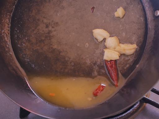 ペペロンチーノのソースを乳化させる