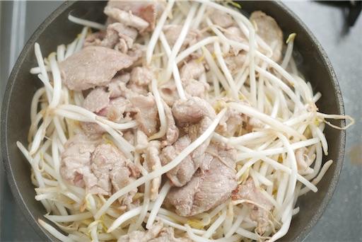 豚こま肉ともやしを蒸す