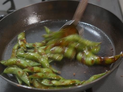枝豆にオイスターソースで味付けする