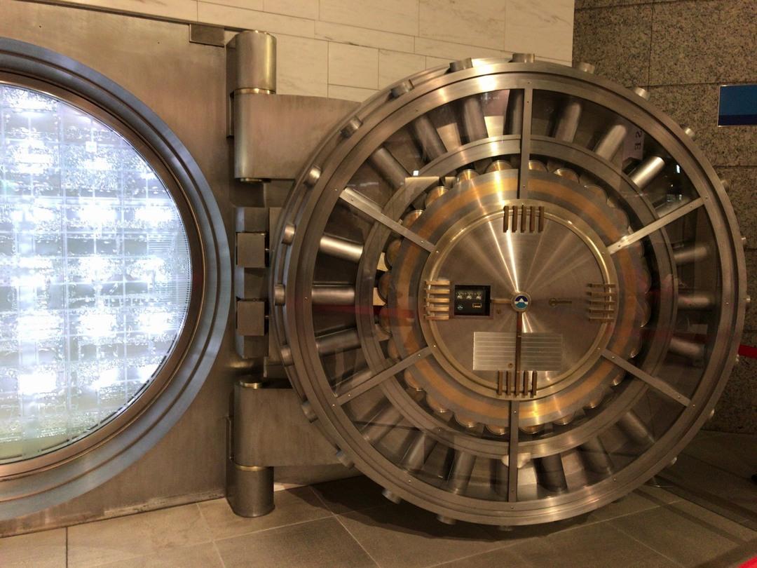 開錠された大きな金庫