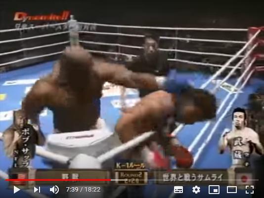 ボブ・サップ選手に後頭部を殴られる武蔵選手
