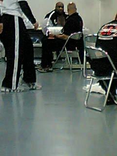 控室で座っているボブサップ選手