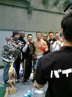 勝利後に記念撮影する武蔵選手