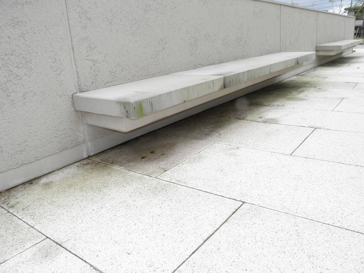 掃除前の石のベンチの写真