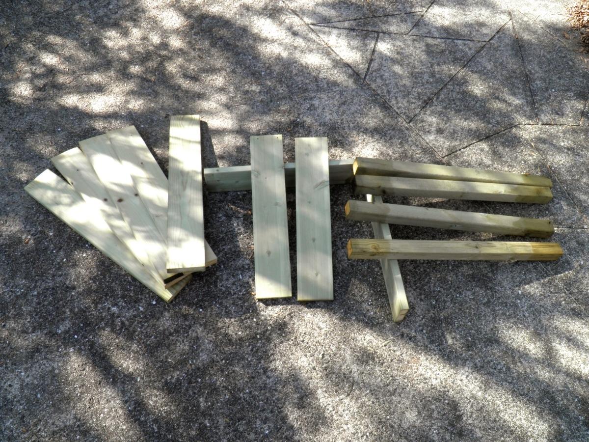 切り出した部品の材木