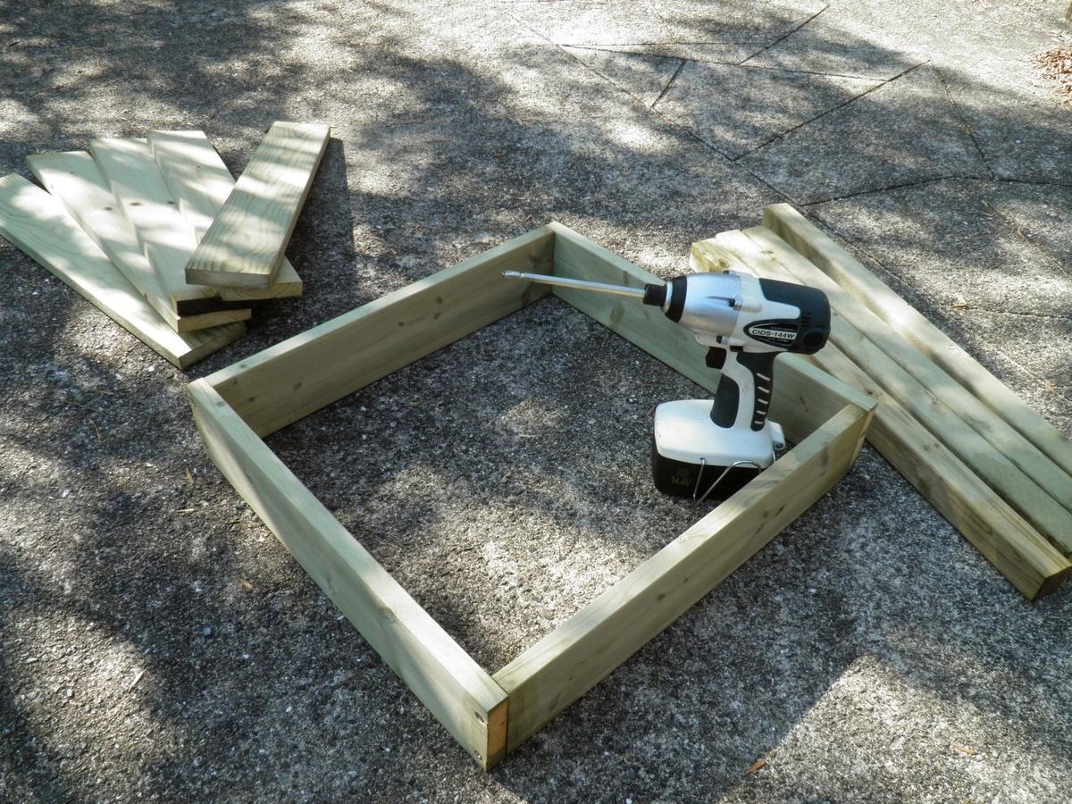 テーブルの足と天板を固定する部材