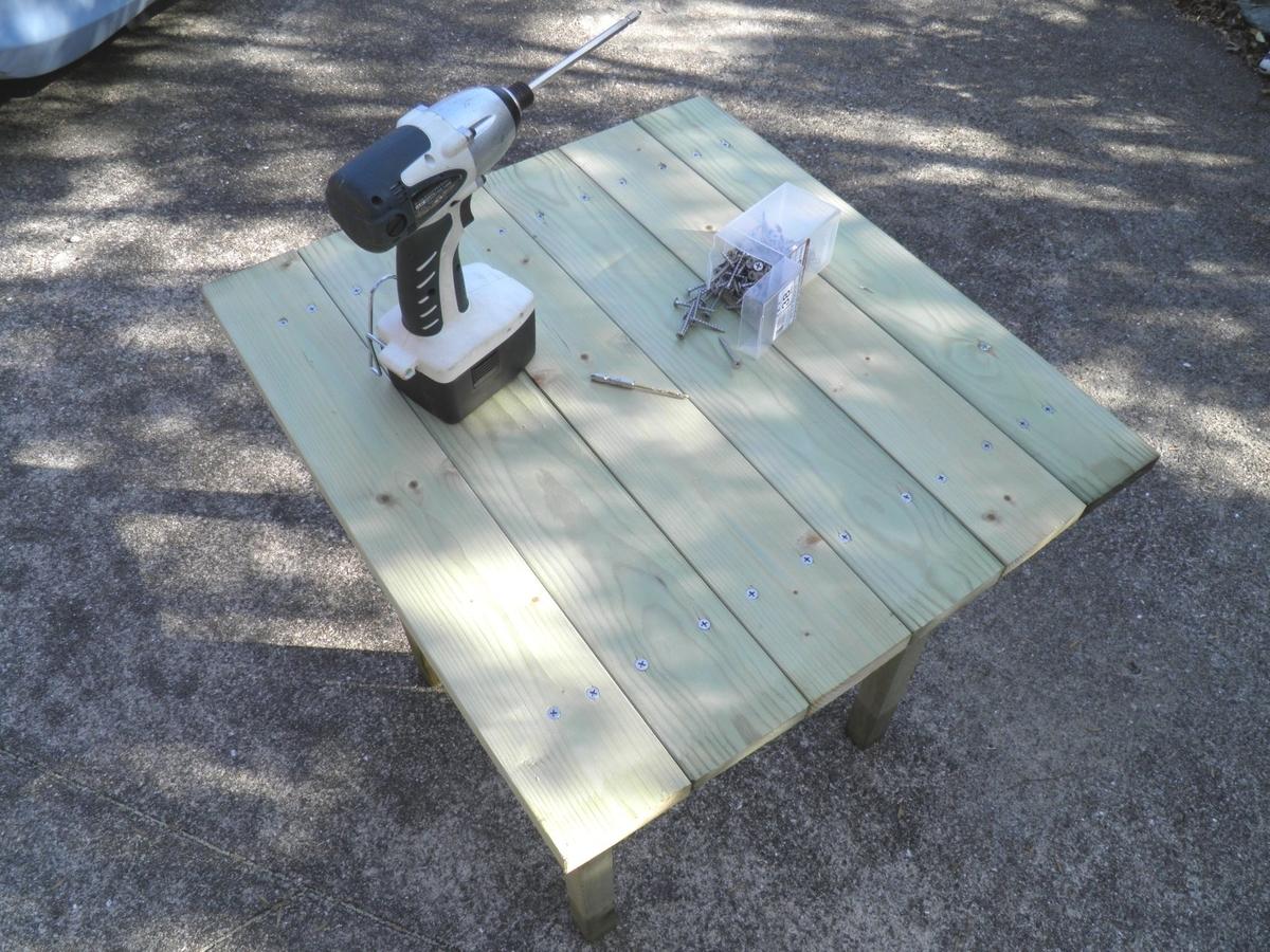 テーブルの天板の組み立て完了の写真