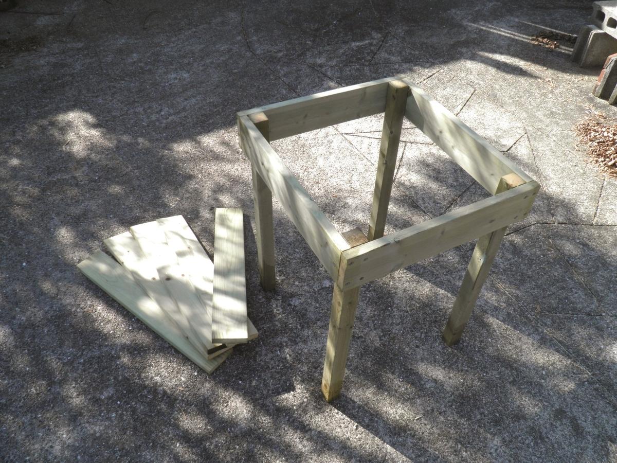テーブルの足を取り付けた写真