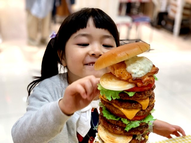 ハンバーガーを食べたい女の子