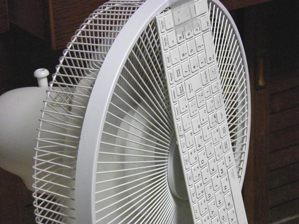 扇風機でキーボードを乾かす