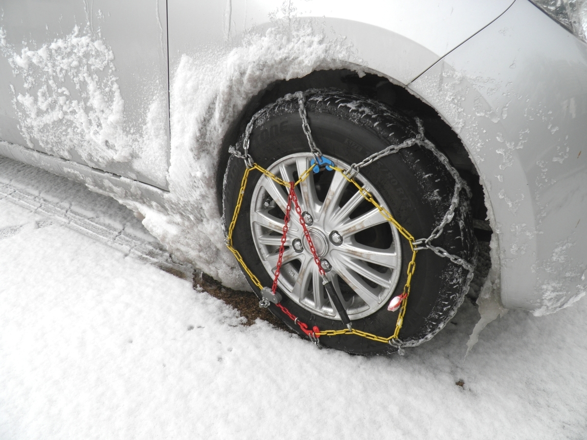 雪が積もった軽自動車スズキアルト