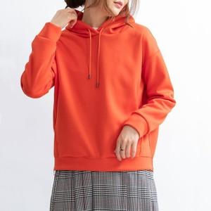 オレンジ色のパーカー