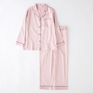 ピンクのサテンパジャマ