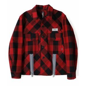 赤いチェック柄シャツ