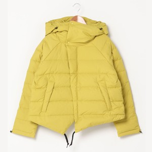 黄色のダウンジャケット