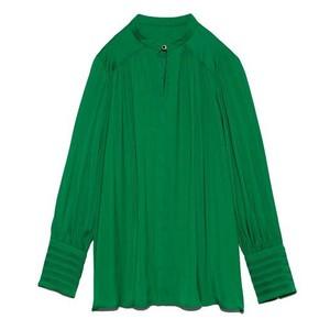 グリーンのブラウス