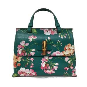 グリーンの花柄バッグ