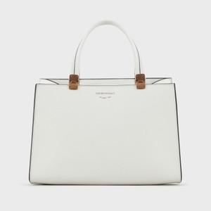 白いハンドバッグ