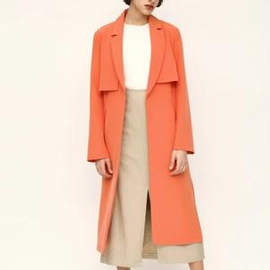 オレンジ色のコート