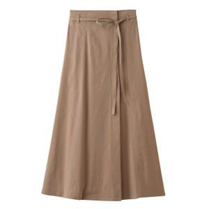 ベージュのマキシ丈フレアスカート