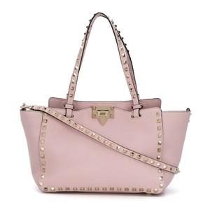 ピンクのスタッズ付きバッグ