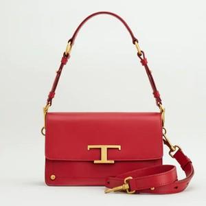 赤いレザーバッグ