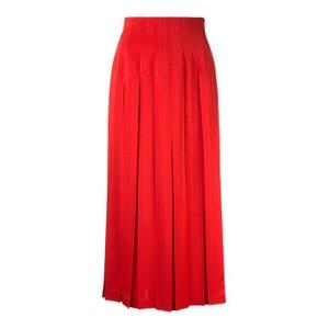 赤いプリーツスカート