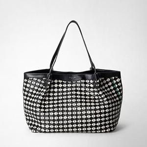 白黒のモザイク編みバッグ
