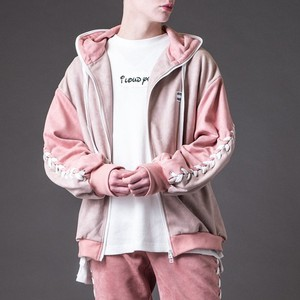 ピンクのパーカー