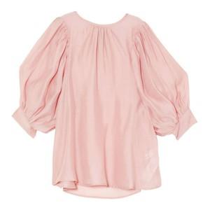 ピンクのボリューム袖ブラウス