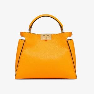 オレンジのレザーバッグ