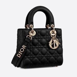 黒いミニバッグ