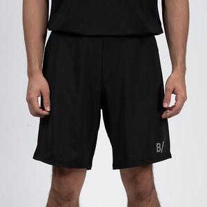 黒いショートパンツ