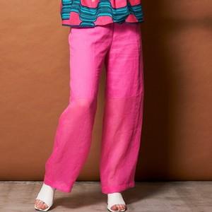 ピンクのワイドパンツ