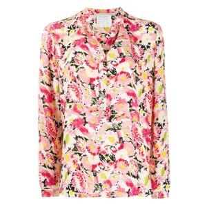 ピンクの花柄シャツ