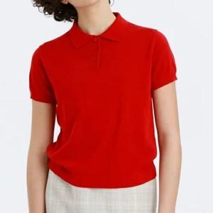 赤いポロシャツ
