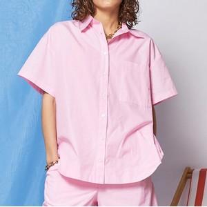 ピンクのシャツ