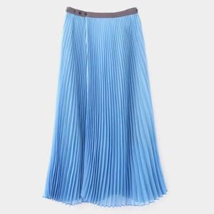 ブルーのプリーツスカート