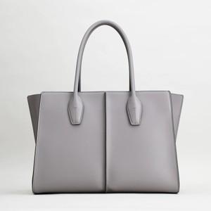 グレーのレザーバッグ